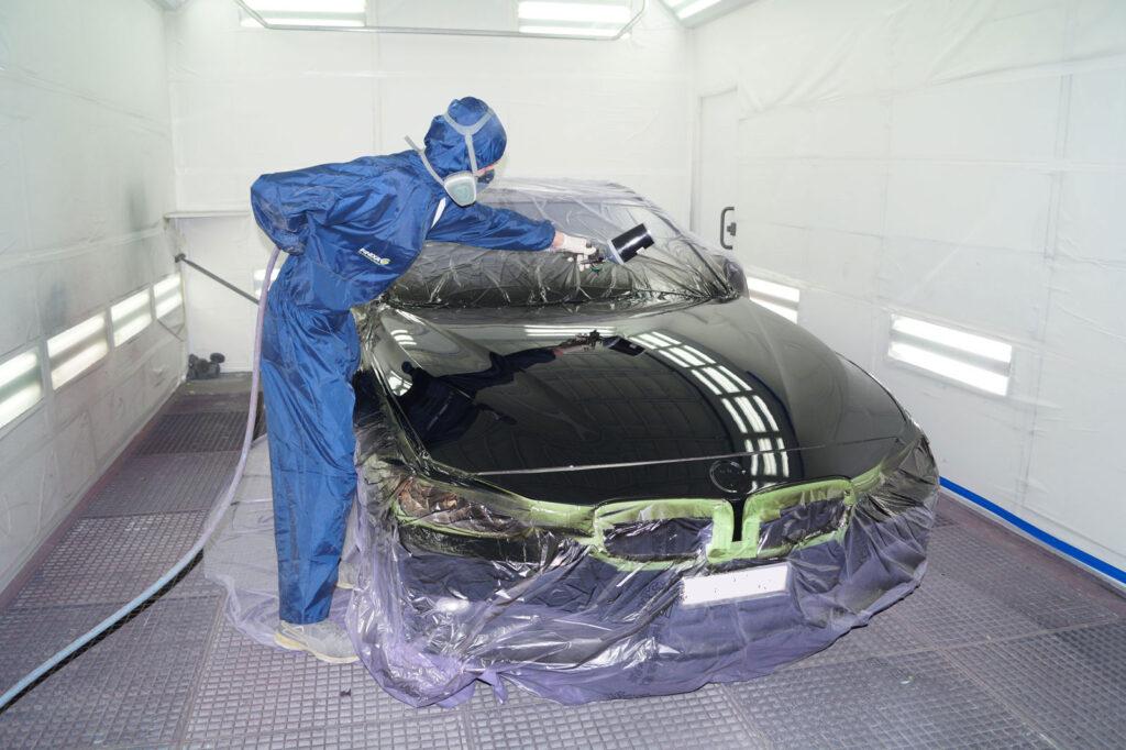 Lackierer bei der Arbeit am BMW